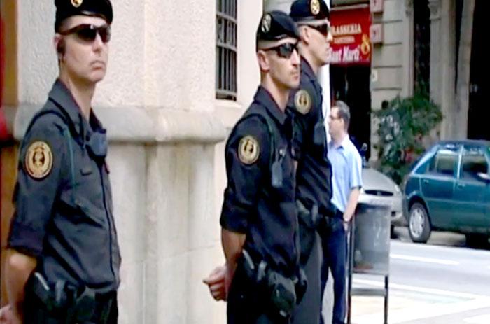 Registro policial para buscar la supuesta financiación irregular de CDC, el partido de Mas. Foto: Tv.